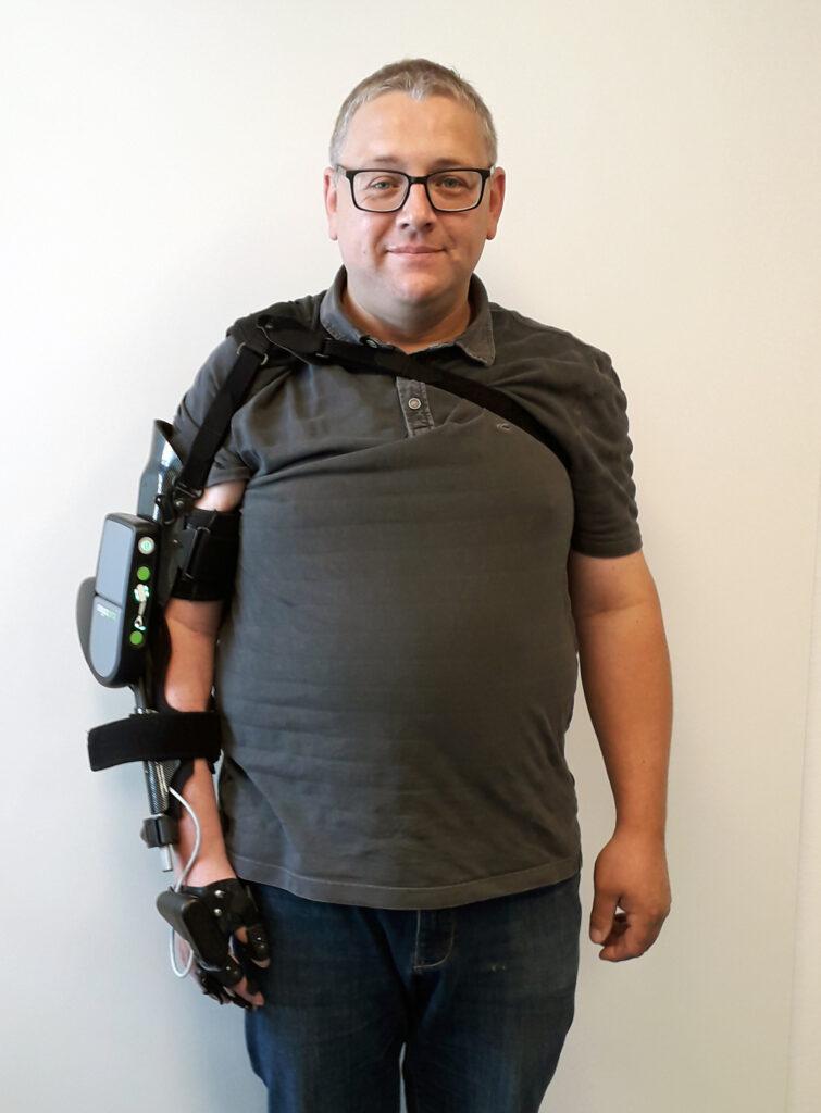 Orthopädietechnik: Hans-Dietrich Müller mit seiner Armorthese MyoPro